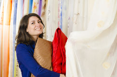 购物在纺织品商店 免版税库存图片