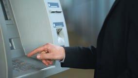 客户懊恼了在ATM工作,卡片被陷在的机器,银行业务系统失败 股票视频