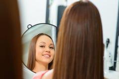 客户是赞赏的她新的发型 免版税图库摄影