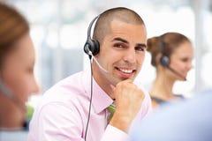 客户服务代表帮助的客户 库存照片