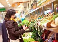 客户采购的romanesco硬花甘蓝在市场上 免版税库存图片
