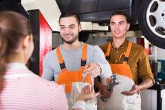 客户满意对机械工更新 免版税图库摄影