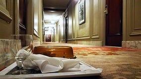 客房服务盘子在旅馆走廊 免版税库存照片