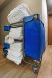 客房服务:工友推车在旅馆里 免版税库存图片