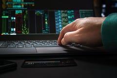 黑客手,第一人景色,在与接口和被窃取的信用卡一起使用 库存图片
