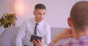 客服服务管理人员特写镜头画象谈话与使用片剂的客户在办公室 股票录像