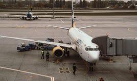 客机为离开做准备 免版税库存照片
