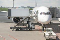 客机在华沙机场 免版税库存照片