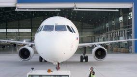 客机维护引擎和机体修理离开机场的飞机棚 维护的空中客车在 影视素材