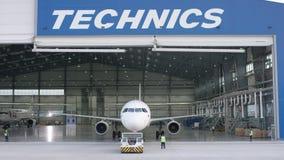 客机维护引擎和机体修理离开机场的飞机棚 维护的空中客车在 股票视频