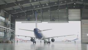 客机维护引擎和机体修理离开机场的飞机棚 维护的空中客车在 股票录像