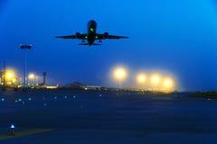 客机飞行在从机场的起飞跑道 库存照片