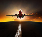 客机从机场跑道agasint美好的s起飞 免版税图库摄影