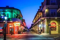 客栈和酒吧与霓虹灯在法国街区,新的Orlea 库存照片