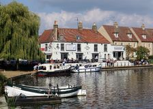 客栈在河伟大的Ouse,伊利,剑桥郡,英国的边 免版税库存照片
