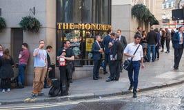 客栈外部在有喝和交往在工作以后的许多的伦敦市人 库存图片