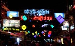客栈街道、酒吧、俱乐部和迪斯科,在吴哥窟附近的暹粒吴哥柬埔寨夜生活 图库摄影