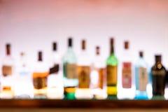 客栈酒吧柜台的醉酒的人被弄脏的透视视觉  免版税库存图片
