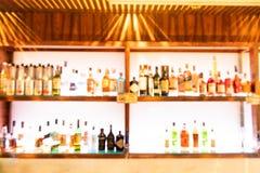 客栈酒吧柜台的醉酒的人被弄脏的透视视觉  免版税图库摄影