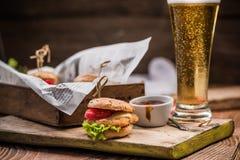 客栈食物、bbq汉堡和啤酒 免版税库存照片