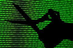 黑客概念 计算机二进制编码和手剪刀 库存照片