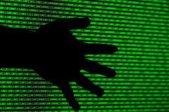 黑客概念 计算机窃贼的二进制编码和手 库存图片