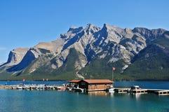 客舱和湖在班夫国家公园 免版税库存照片