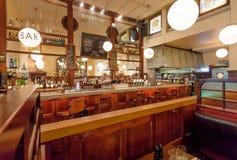 客舱和酒吧柜台在普遍的酒吧Kvarnen里面与葡萄酒家具 库存图片