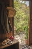 客舱在有农夫的夹克和帽子森林 免版税图库摄影