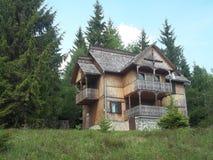 客舱在森林,罗马尼亚 库存照片