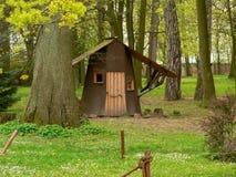 客舱在森林 免版税库存照片