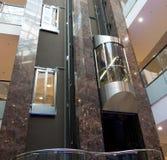 客舱是在大厦的大厅的现代电梯 免版税库存照片