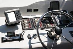 客舱是有方向盘和其他控制的一条游艇 免版税图库摄影