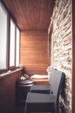 客舱用木板条和石头在葡萄酒船舶样式的小屋内部装饰的与大窗口木桶和酒吧椅子 免版税库存照片
