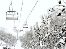 客舱缆索铁路在滑雪胜地的山多雪的天 免版税库存照片
