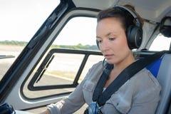 客舱直升机的妇女在飞行前 库存图片