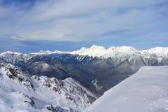 从客舱滑雪电缆车的看法在手段罗莎Khutor附近的山在索契 库存图片