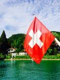 客船和瑞士人旗子在Thun湖 免版税库存照片