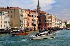 客船和长平底船在大运河在威尼斯,意大利 库存图片