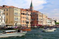 客船和长平底船在威尼斯,意大利 免版税图库摄影