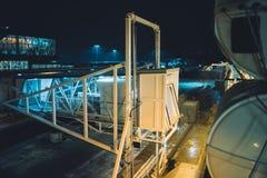 客船喷气机桥梁在多雪的晚上之前 库存图片