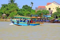 客船在会安市古镇,越南联合国科教文组织世界遗产名录 免版税库存图片