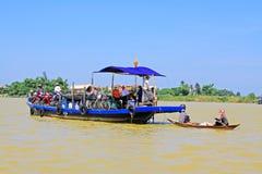 客船在会安市古镇,越南联合国科教文组织世界遗产名录 免版税库存照片