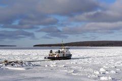 客船在横渡到基督徒海岛的冬天 免版税库存照片