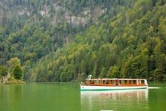 客船在湖。Konigssee。德国 库存照片