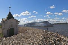客船马克西姆・李维诺夫在舍克斯纳河的Goritsky Voskresensky修道院附近通过在沃洛格达州地区 免版税库存照片