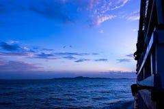 客船从巴厘岛海氏码头到在黄昏,芭达亚, Th的酸值Larn 免版税库存照片