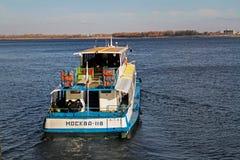 客船`莫斯科118 `沿伏尔加河航行在伏尔加格勒 免版税图库摄影