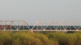 客车穿过在铁桥梁的谷 股票录像