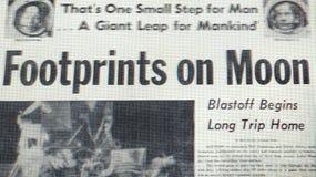 宣布的报纸在月亮的第一串脚步 库存照片